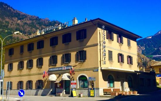 Hotel delle Alpi : Sul l'incrocio; ampio parcheggio proprio davanti