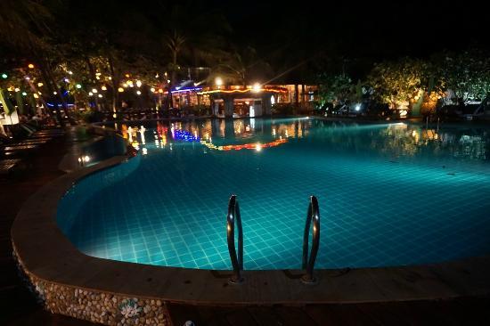 Koh Phangan Dreamland Resort: Подсветка бассейна ночью