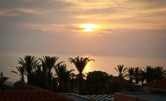 Pafian Sun Village: закат из окна