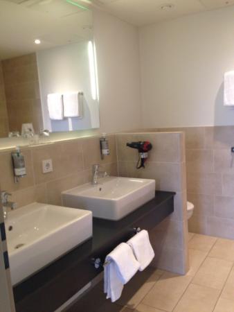 Oversum - Vital Resort Winterberg: Badezimmer innenliegend - Dusche und Badewanne!