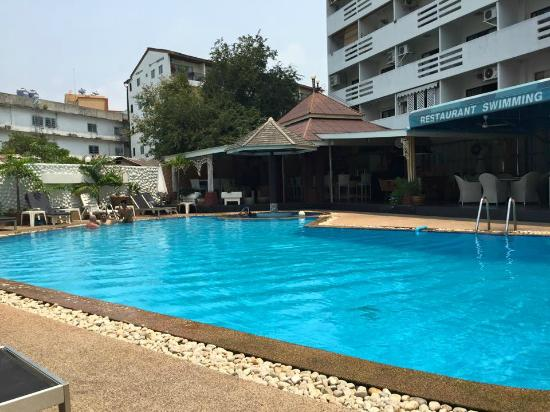 Marina Inn Pattaya: Pool with poolside Bar
