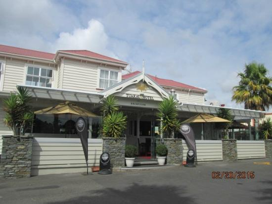 Tuakau Hotel: Front Entrance to hotel & resturant