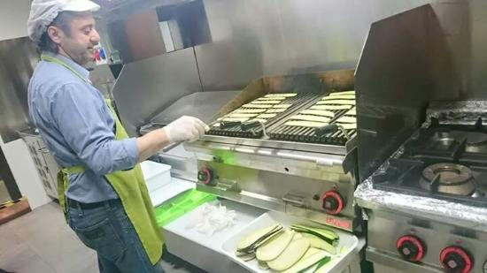 I nostri ingredienti sono tutti freschi ed ecco il nostro Geppo che griglia alcune verdure... :)