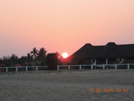 Le Pondy: закат на фоне отеля вид со стороны океана