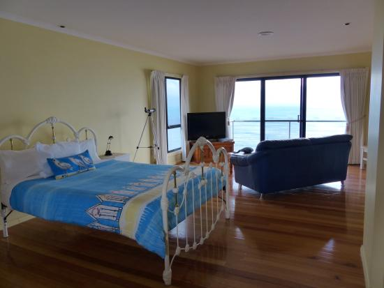 Clifftop Accommodation: Great room with uninterrupted ocean views