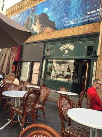 Mocca On Maiden Lane: столики снаружи кафе