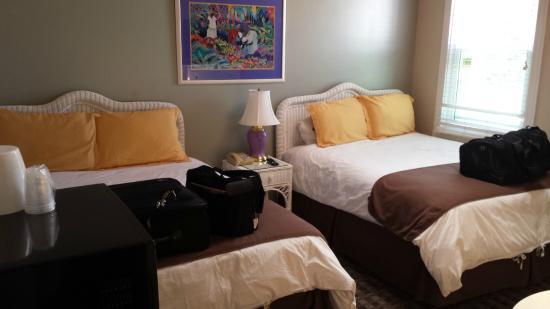 Glenmore Plaza Hotel: Double Queen room