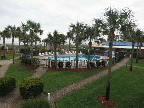 Seahorse Oceanfront Inn: View of pool and ocean from second floor