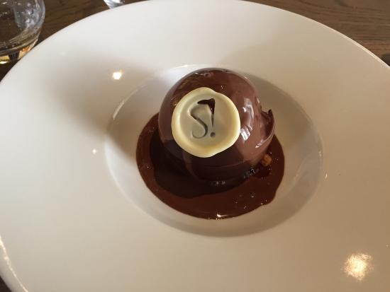 Puteaux, France: La sphère en chocolat