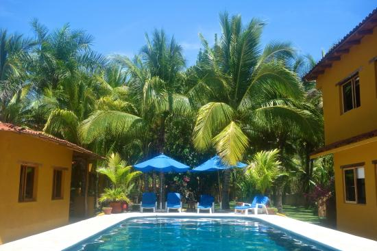 Casa Kau-Kan: The view of the pool from the dining area.