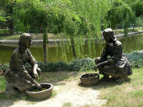 Wolf Mountain: Statues in the classical gardens