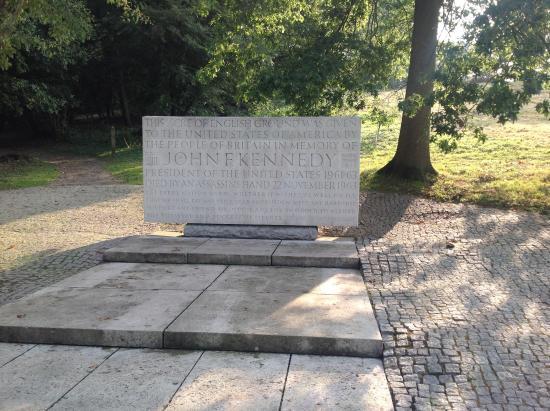 Holiday Inn Express Windsor: Near Windsor, John f. Kennedy memorial