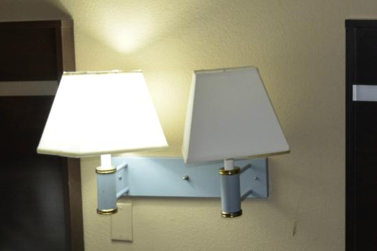 Motel 6 Charlotte NC Airport: Non-functioning bedside lamp