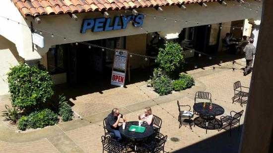 Pelly's Fish Market & Cafe: Outdoor seating.