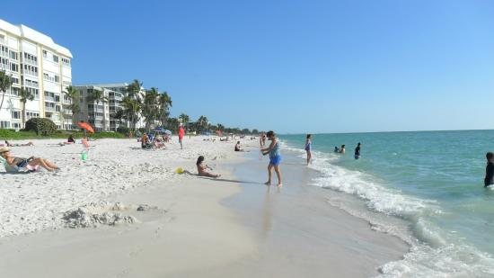 Ramada Naples: playa más cercana al Ramada