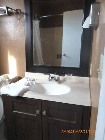 Hub Motel: Bathroom Vanity