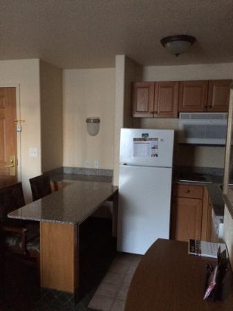 Staybridge Suites Calgary Airport: kitchen
