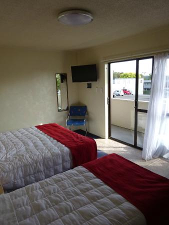 Abbots Hamilton Hotel and Conference Centre: Bed & TV
