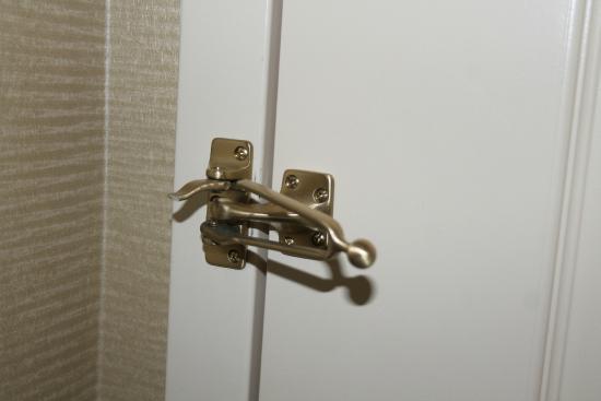 Hilton Garden Inn Omaha East/Council Bluffs: Broken security latch