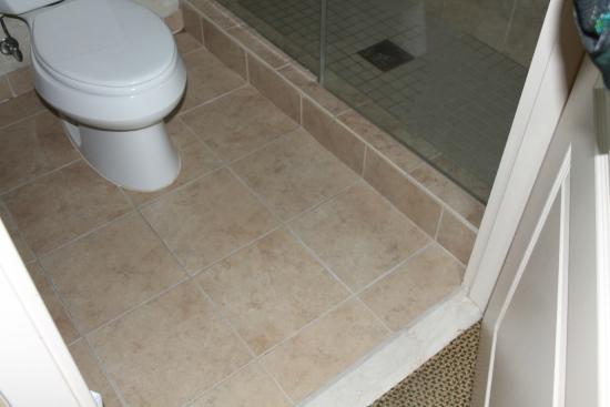 Hilton Garden Inn Omaha East/Council Bluffs: Slippery tile floor with no bathmat (we got a towel from housekeeping)