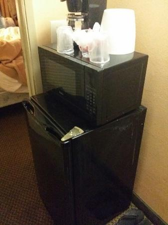 Pacific Shores Inn: Dirty non working mini fridge in the closet