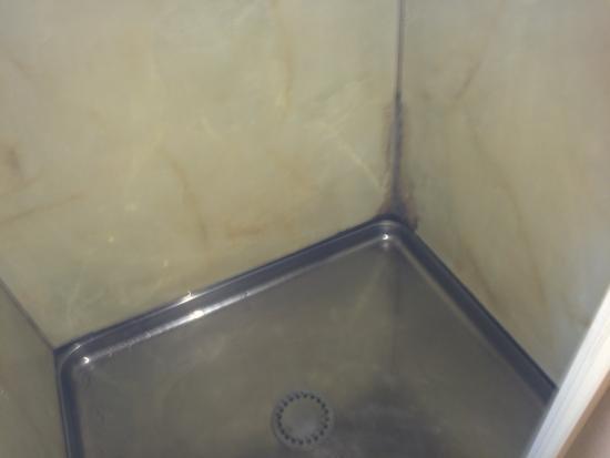 Malones Motel: Shower