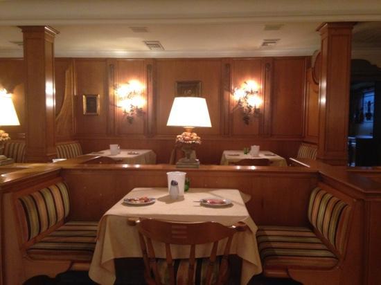 Hotel Restaurant Dreiflussehof: Restaurant met gezellige plaatsen met veranda