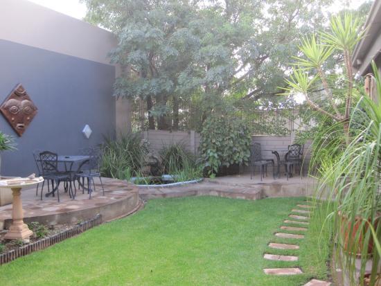 Hotel Pension Etambi: Hübscher kleiner Garten