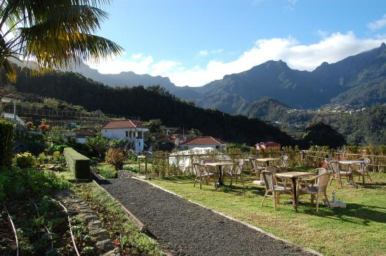 Solar Da Bica: Garden and sitting area