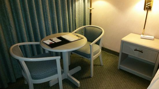 Clarion Hotel Anaheim Resort: Table and chairs in room - no desk