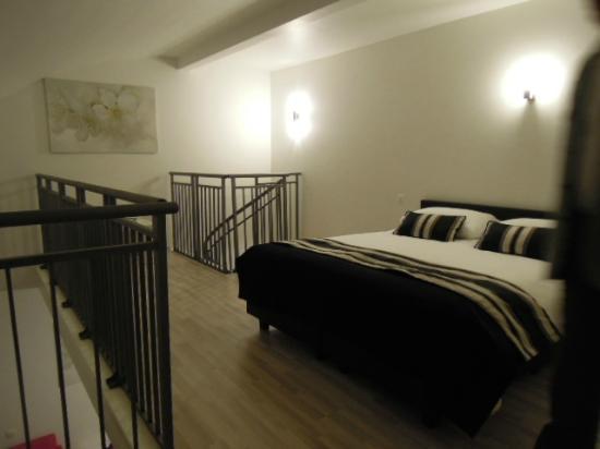 Hotel Beverly Hills : 405 duplex   Chambre du haut en mezzanine, très grand lit confortable