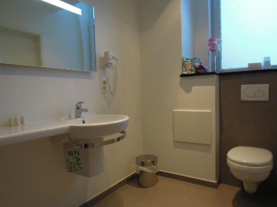 Hotel Beverly Hills: 405 duplex  Salle de bain, WC très spacieuse