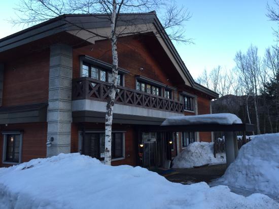 NORTHSTAR Alpine Lodge : Snowy entrance