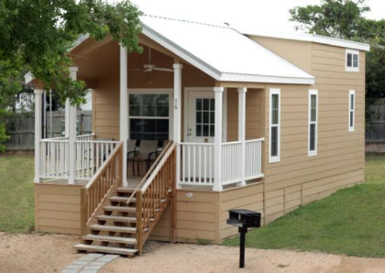 Hill Country Cottage and RV Resort: They had different size cabins They are clean and well kept.