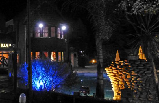 San Remo Villa Corral Aparts: Entrada al hotel nocturna