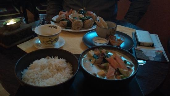 Himalayak Restaurant: Nr 25 (Gemüse & Käse) & vegetarische gedämpfte Teigtaschen sowie frittiertes Brot!
