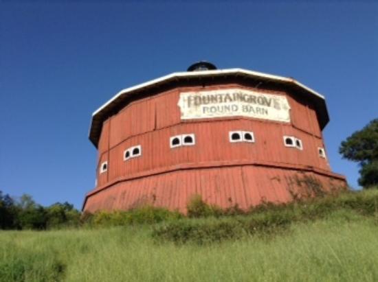 Fountaingrove Inn: Old round barn behind the Fountaingrove.