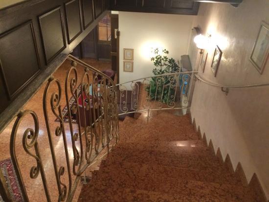 Rutzenmoos, Austria: Treppe zur Rezeption