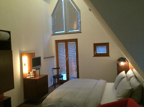 Lint Hotel Köln: romantisches Dachzimmer 5.Etage (die Jalousie ist nicht schräg, war unser Fehler)