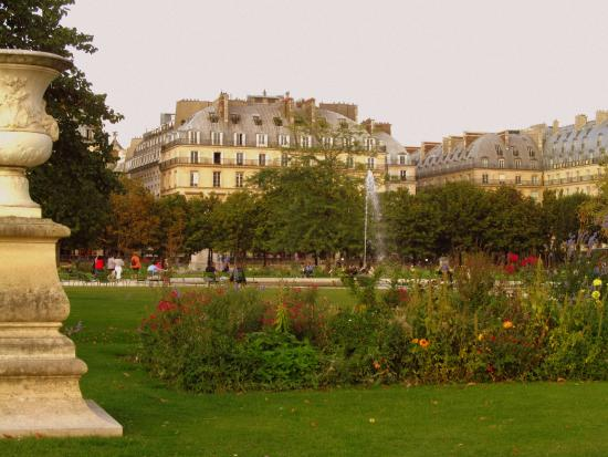 Walking along the garden picture of jardin des tuileries for Jardin tuileries