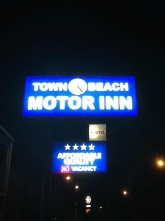 Town Beach Motor Inn: Easy to spot from the Highway