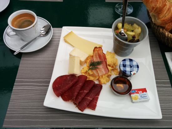 Bains des Dames : Le brunch est servi sur assiette avec un ou plusieurs croissants en option
