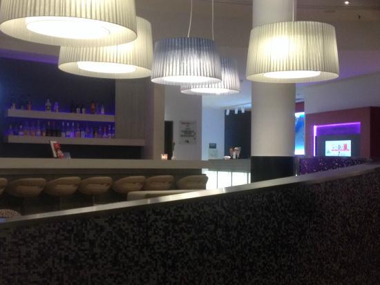 InterCityHotel Kiel: бар в холле