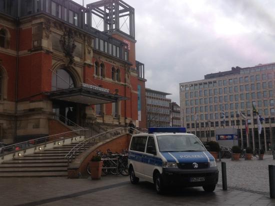 InterCityHotel Kiel: площадь перед отелем, вокзал