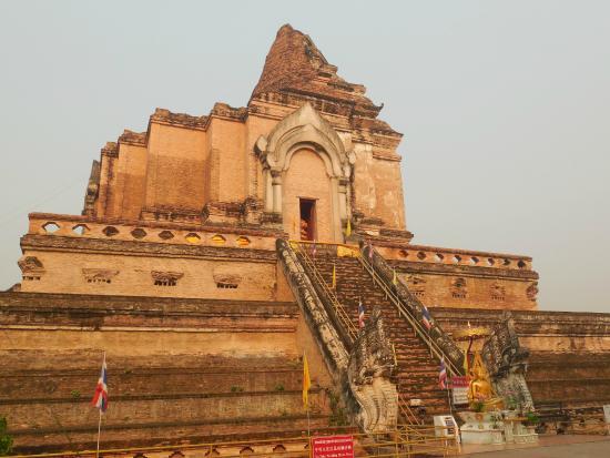 中央古寺的龍雕刻 - Picture of Wat Chedi Luang Varavihara, Chiang ...