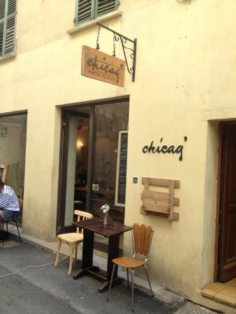 Chicag' Hostel : Front of the hostel, outdoor tables