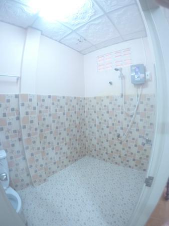 D's Corner & Guesthouse: ванная комната в номере 12