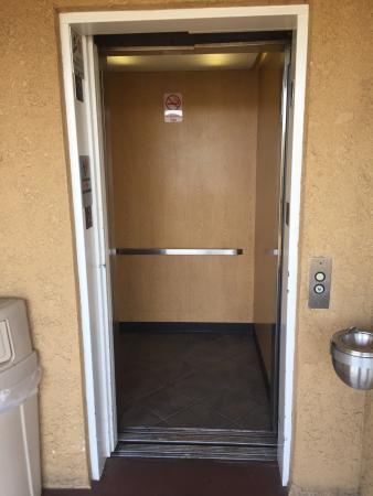 Americas Best Value Inn Westminster / Huntington Beach: Elevator