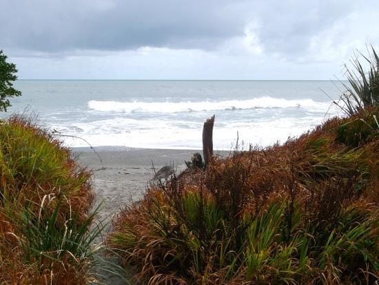 Punakaiki Beach Camp : walkway to beach