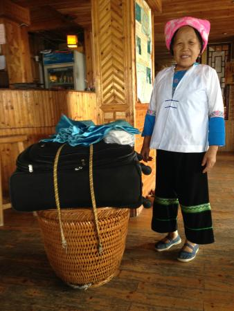 Liqing Hotel: Friendly carriers take your luggage from an to the parking (30' walk)